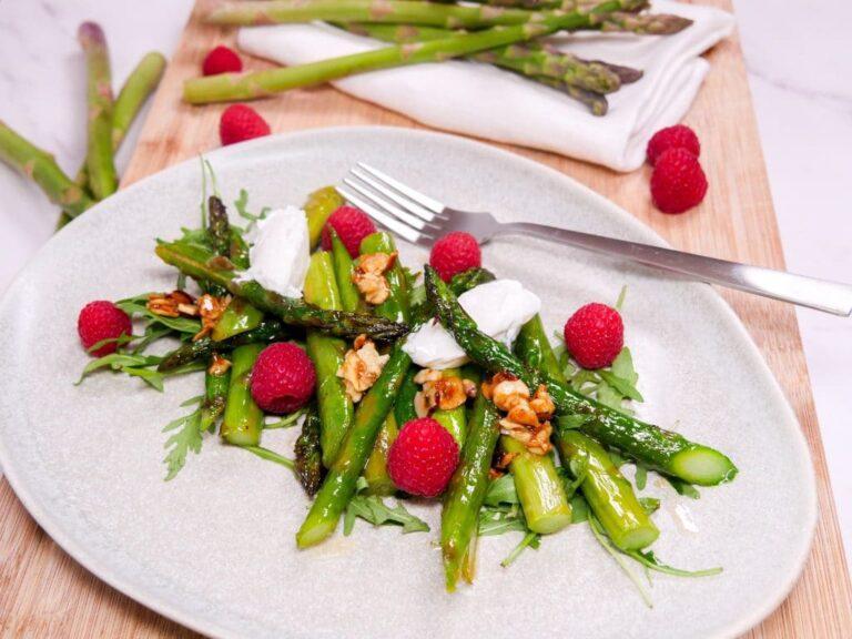 Rezept fuer einen Salat aus gruenem Spargel mit karamellisierten Haselnuessen