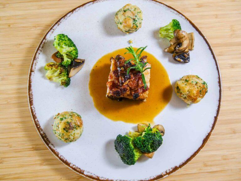 Krustenbraten aus dem Schweinebauch mit Palffyknoedeln Champignons und Brokkoli 1 1