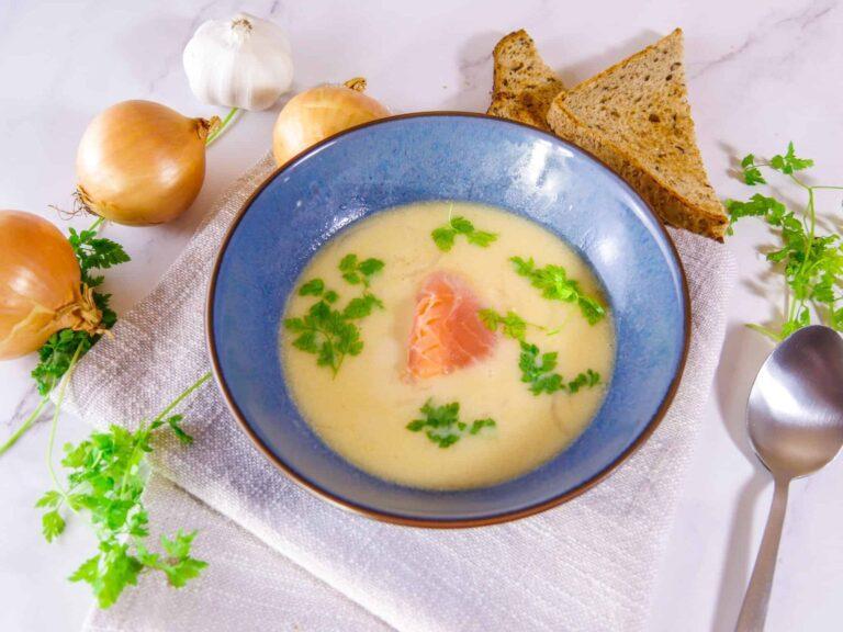 Leichte Zwiebelsuppe mit Frischkaese und Raeucherlachs 1