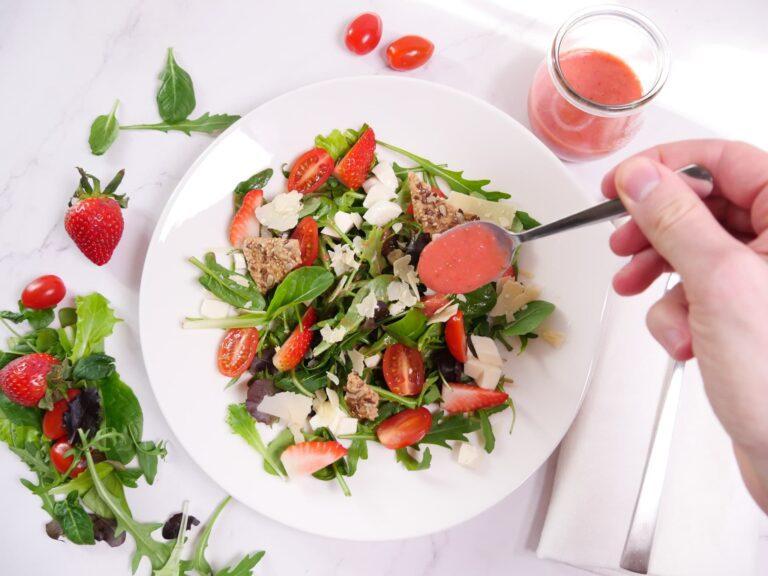 Rezept fuer einen gruenen Spargelsalat mit Erdbeeren 1