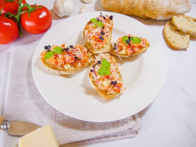 Tomaten Bruschetta mit Mozarella Basilikum und Knoblauch 1