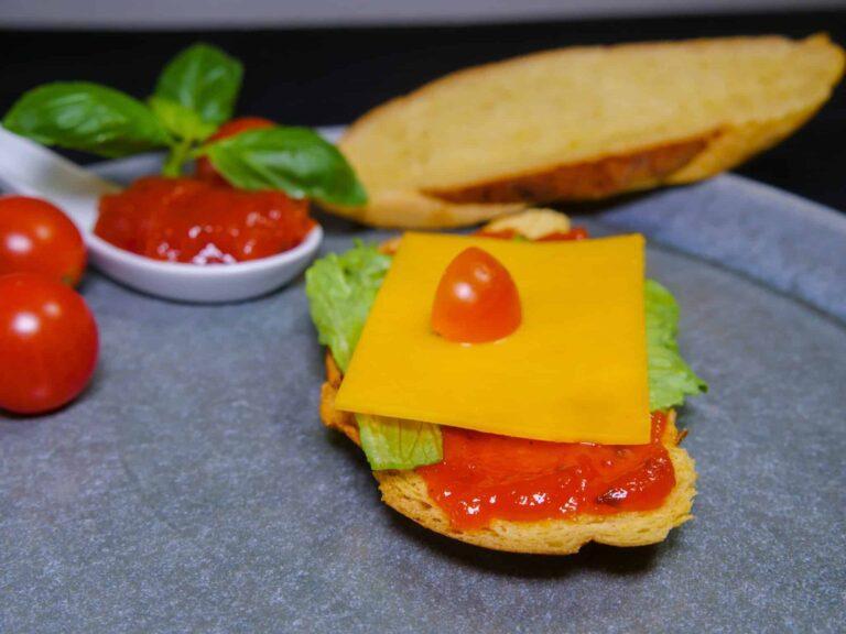Tomatenmarmelade mit Cheddar auf Kuerbisbrot 1