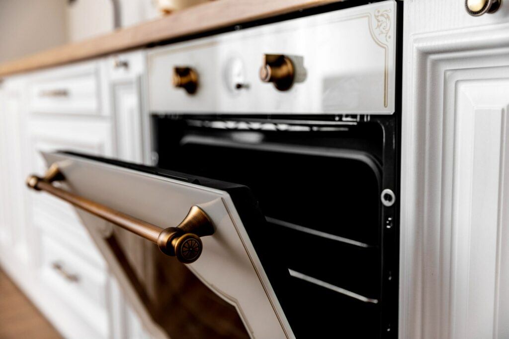 Bild von einem offenen Ofen, in dem man Brokkoli rösten kann
