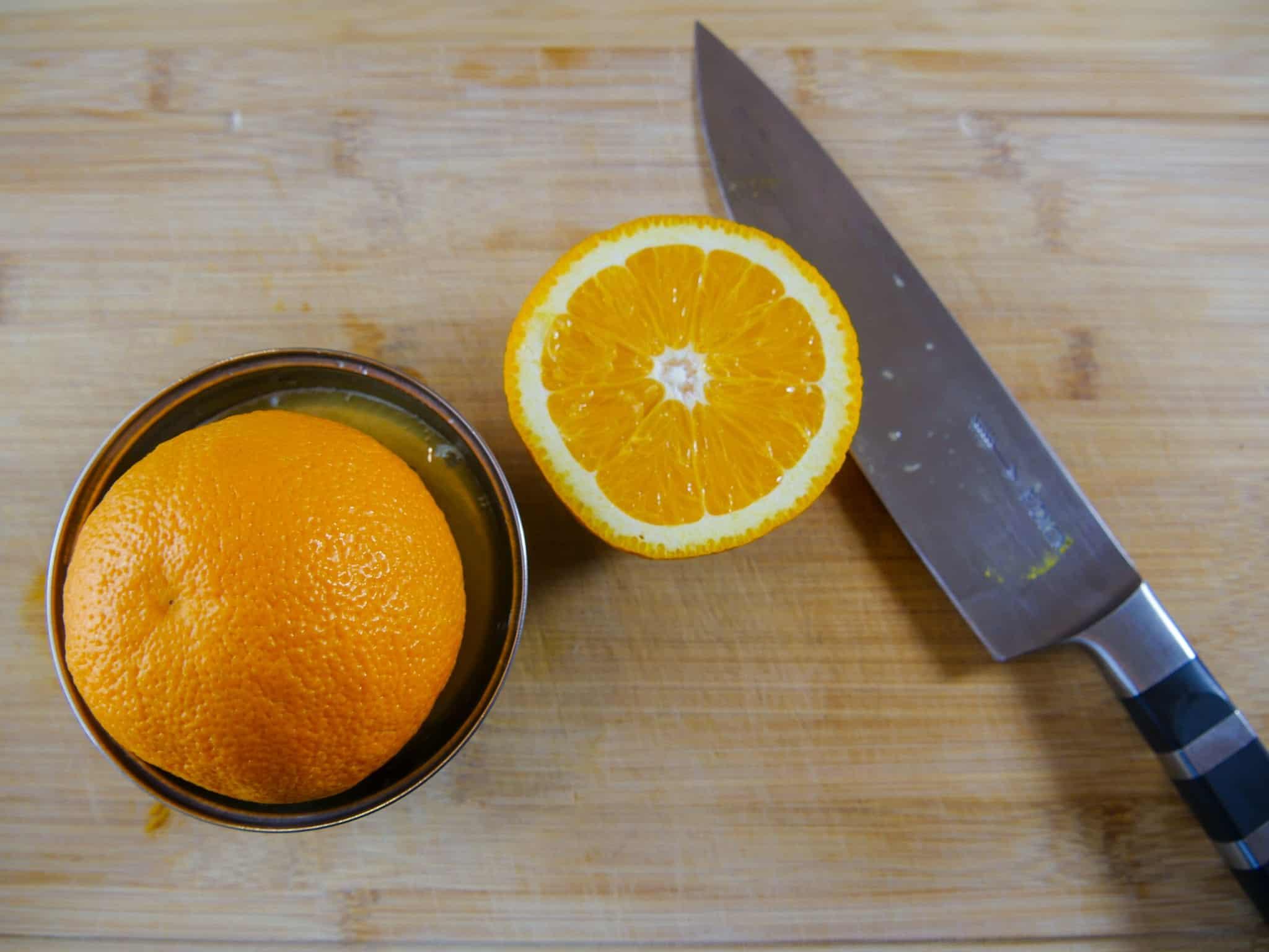 Eine Orange für ein herbstliches Dressing auspressen