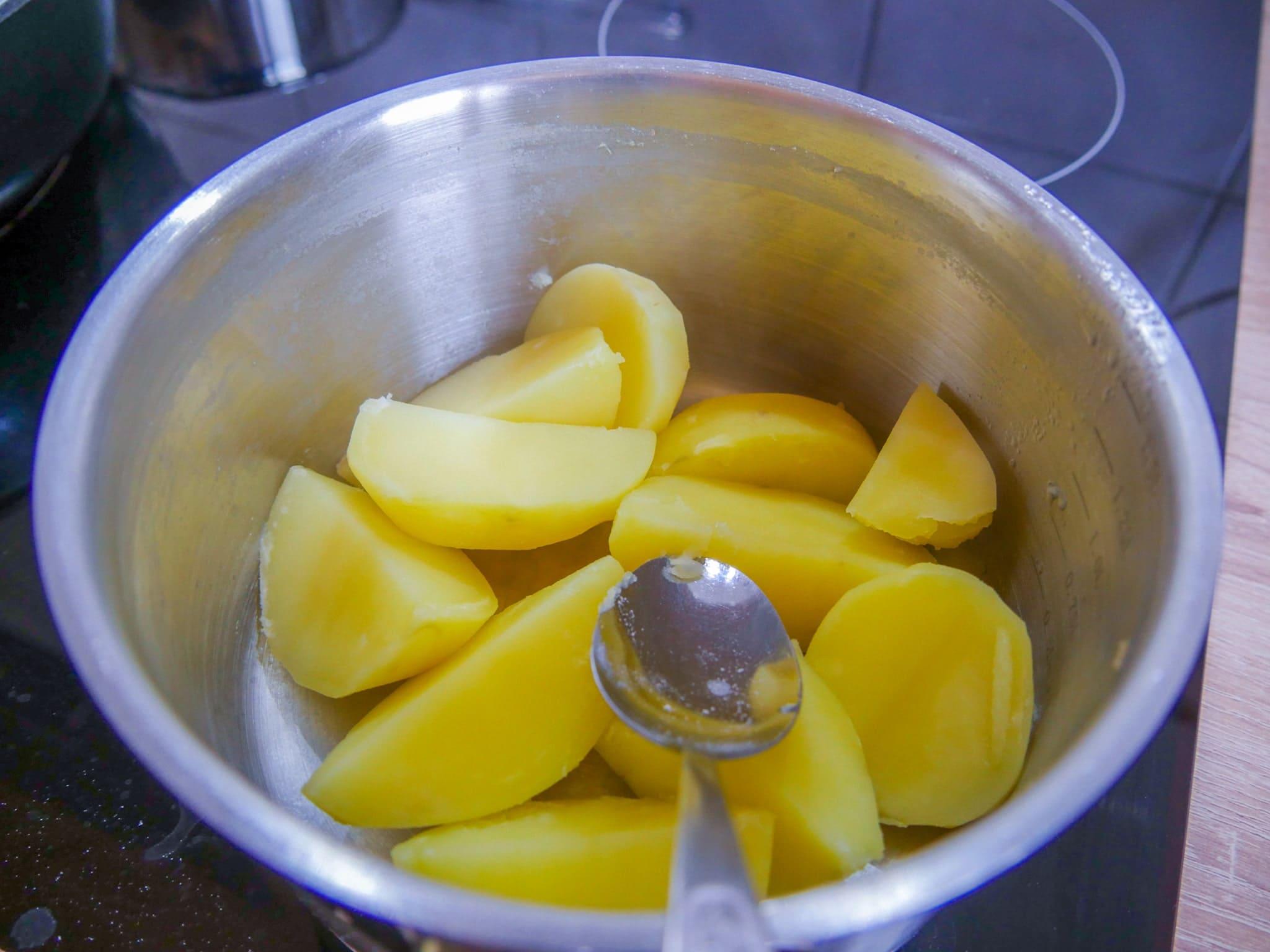 Kartoffeln für die Gnocchi Masse abdämpfen