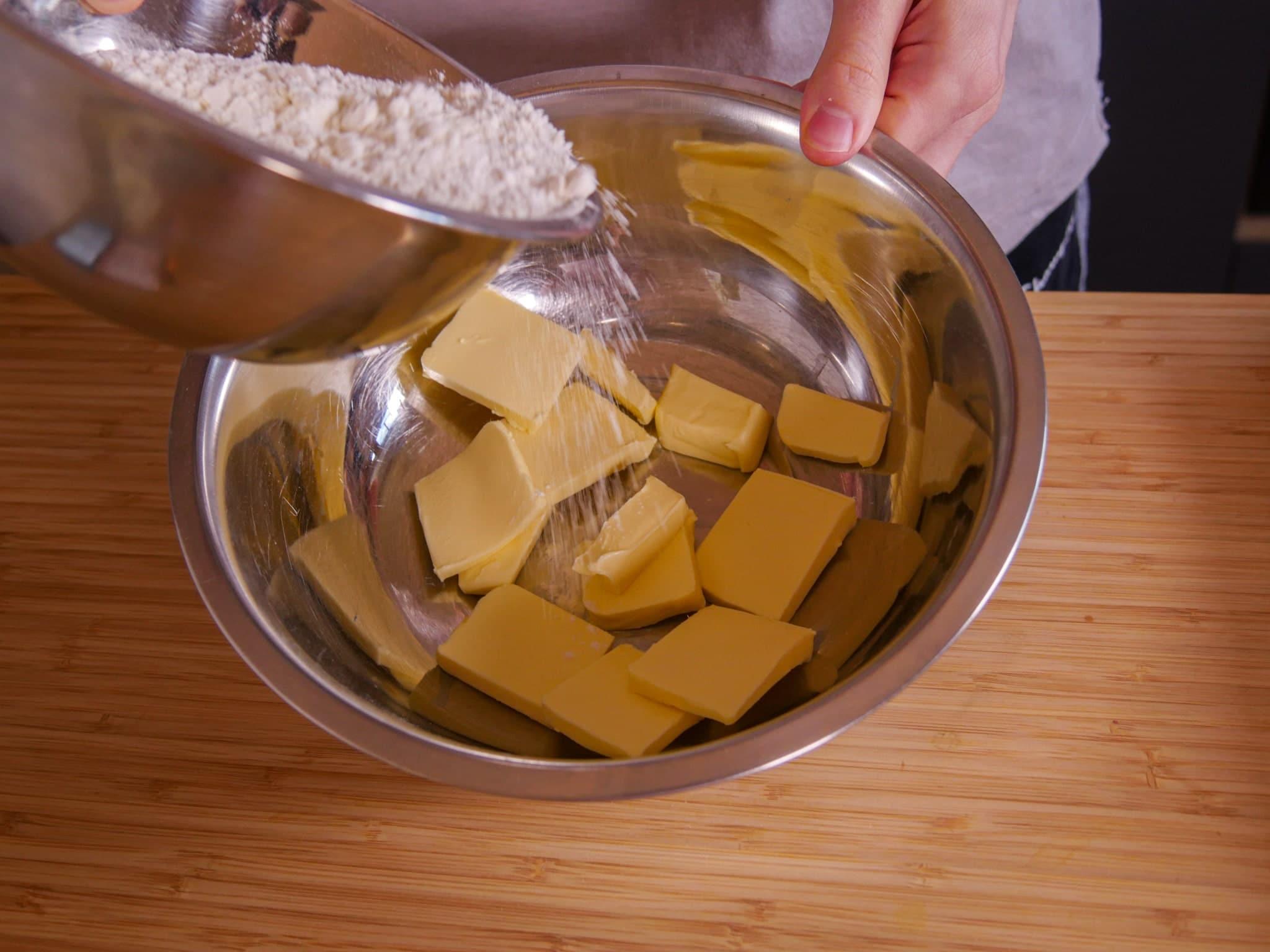 Mehl mit der kalten Butter verkneten