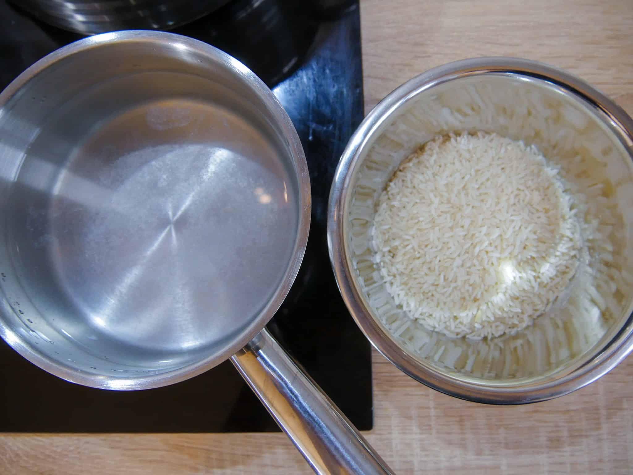 Reis für das Kürbis geschnetzelte kochen