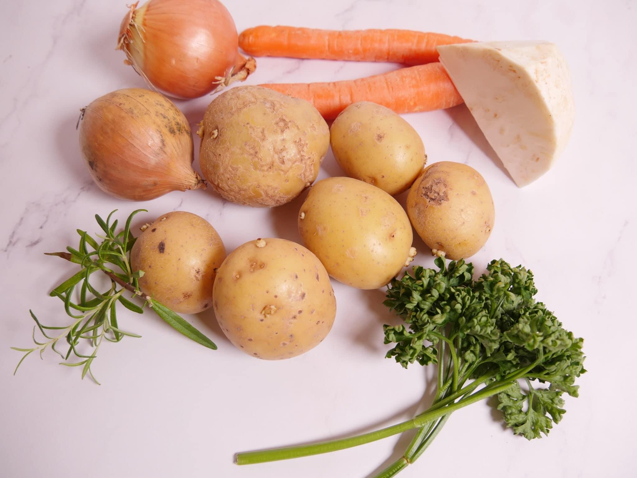 Zutaten für eine Kartoffelsuppe mit Räucherlachs