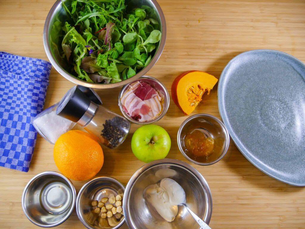 Zutaten für einen herbstlichen Salat mit Kürbis