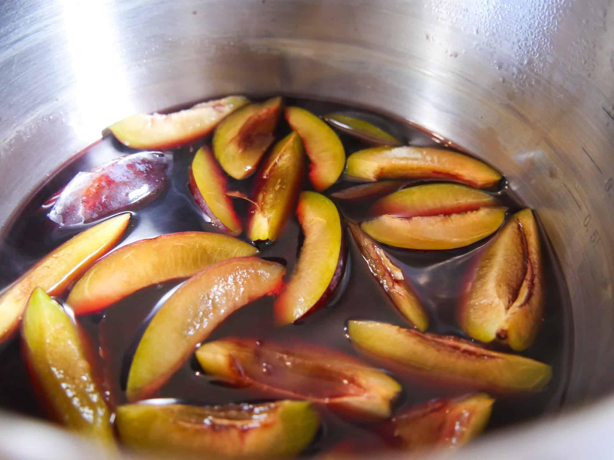 Zwetschgen kurz in Kirschsaft kochen
