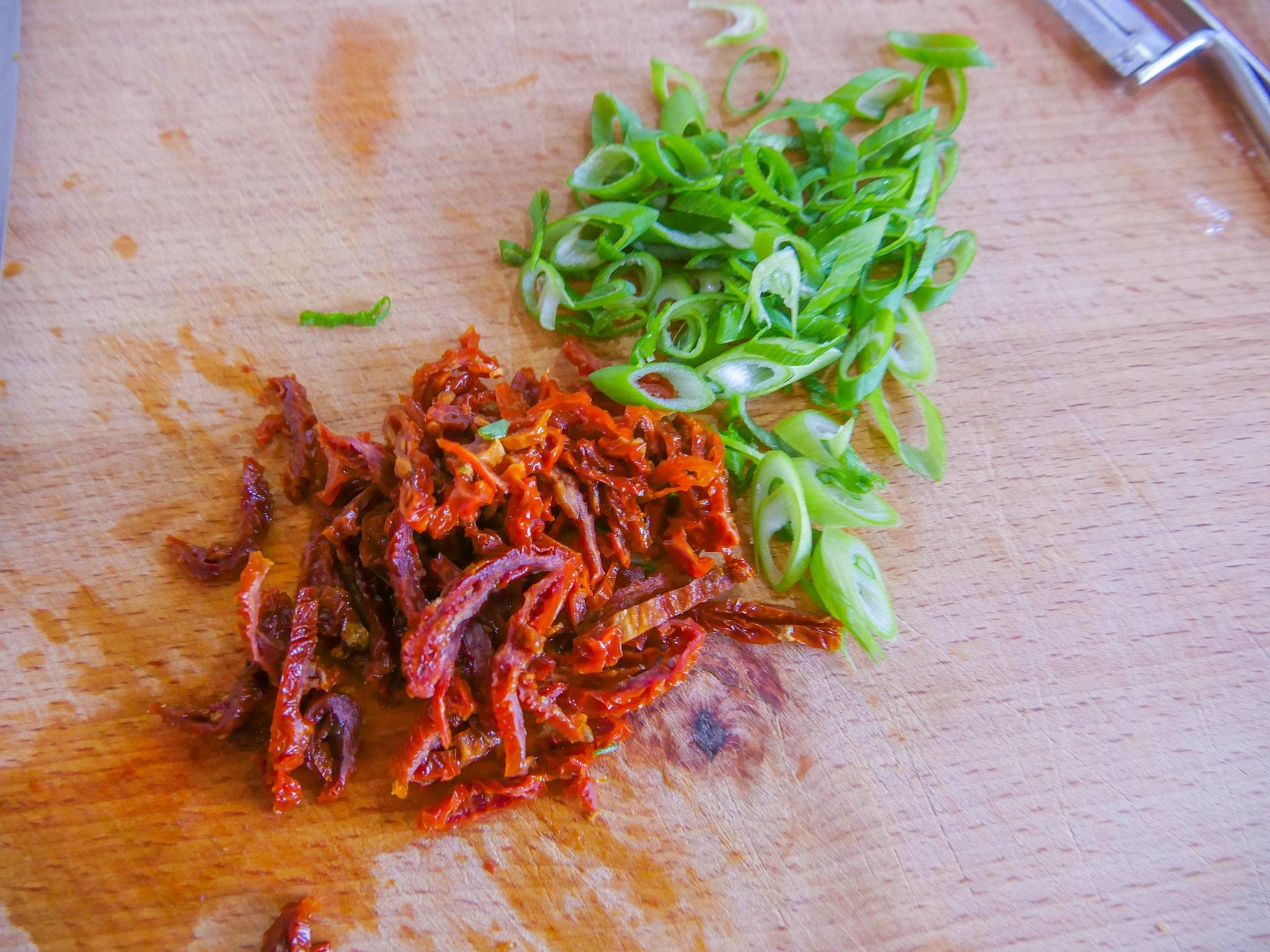 getrocknete Tomaten und Frühlingslauch
