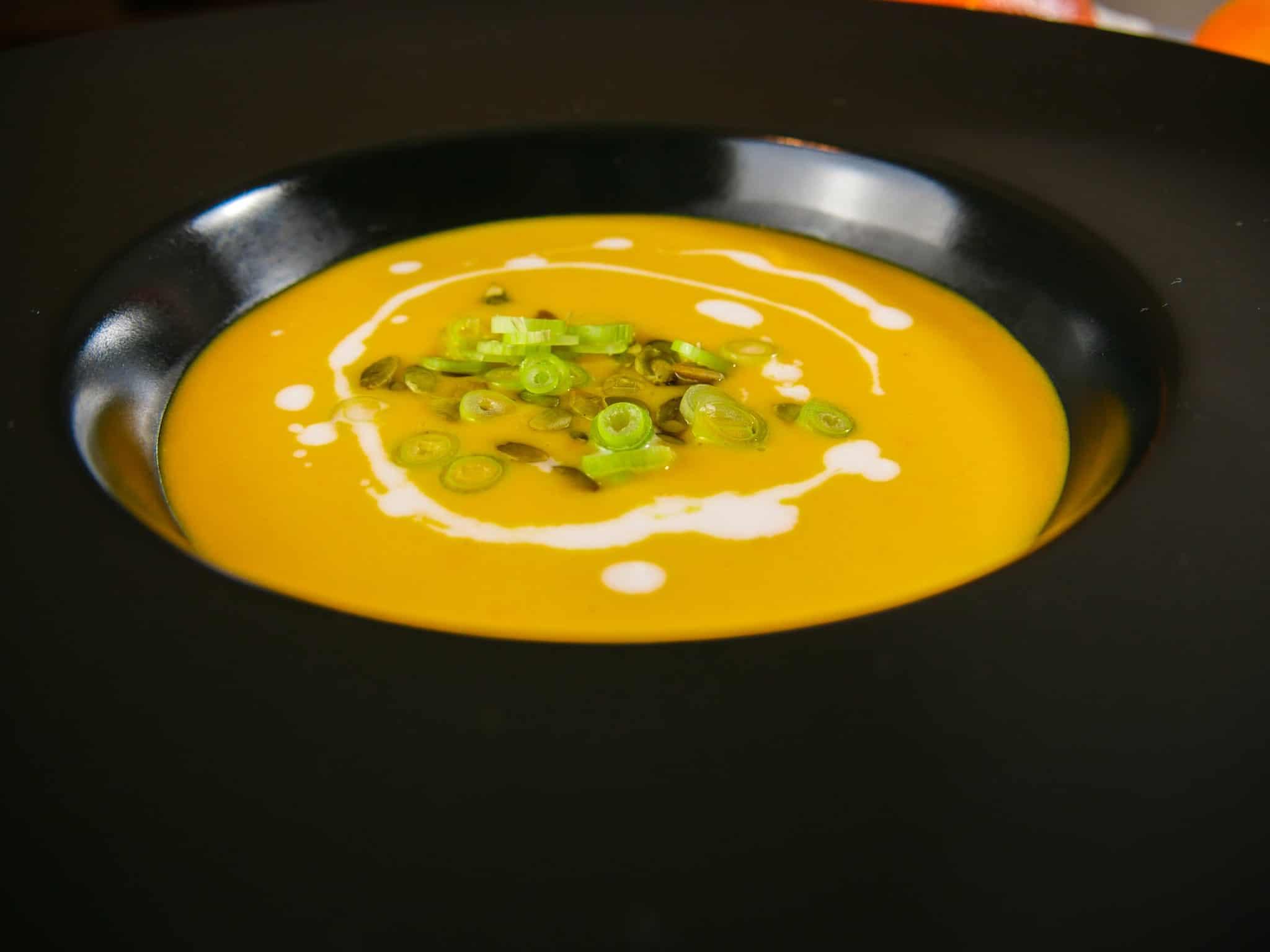 leichte Kürbissuppe mit gerösteten Kürbiskernen